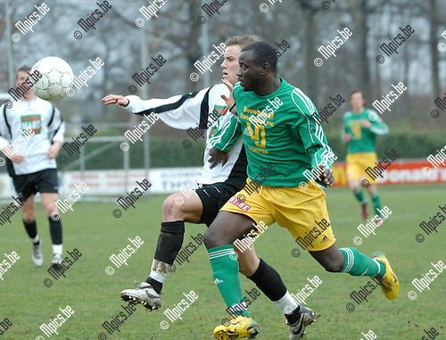 2008-03-09 / Voetbal / S.K. Schoten - K.S.V.Bornem /. Duel tussen Nils Breuer van Schoten en Yedi DIemsi van Bornem (voor).Foto: Maarten Straetemans (SMB)