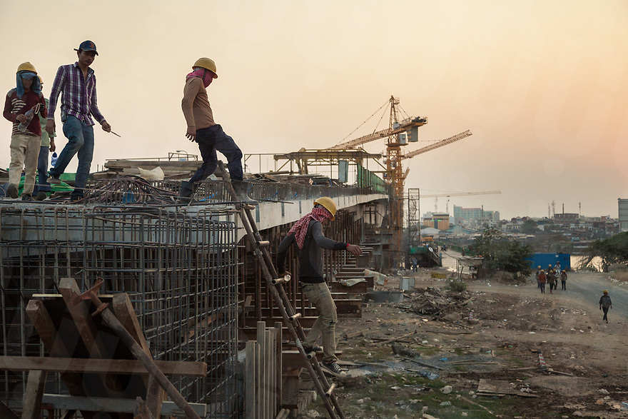 "March 03, 2014 - Phnom Penh (Cambodia). A group of workers leaves the construction site of the ""Chinese bridge"" after a day of work. © Thomas Cristofoletti / Ruom"