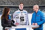 Stockholm 2014-01-10 Bandy Elitserien Hammarby IF - Sandvikens AIK :  <br />  Sandvikens Erik Pettersson intervjuas i TV 4-Studion tillsammans med programledare Marika Eriksson och expertkommentator Per Fosshaug<br /> (Foto: Kenta J&ouml;nsson) Nyckelord: