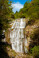 Frankreich, Bourgogne-Franche-Comté, Département Jura, bei Bonlieu: La Cascade de l'Éventail (65 m), der unterste und gleichzeitig hoechste von 7 Wasserfaellen der Hérisson-Wasserfaelle (Cascades du Hérisson). Der Wanderweg fuehrt vom Parkplatz bei Bonlieu 3,7 km hinunter zum Maison des Cascades | France, Bourgogne-Franche-Comté, Département Jura, near Bonlieu: La Cascade de l'Éventail (65 m), the highest of 7 waterfalls of the Cascades du Hérisson