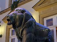 Bronzel&ouml;we vor dem Rathaus auf Place Guillaume II, Luxemburg-City, Luxemburg, Europa, UNESCO-Weltkulturerbe<br /> Bronze lion in front of Cityhall at Place Guillaume II, Luxembourg City, Europe, UNESCO Heritage Site
