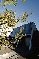 GERMANY Hamburg, houses with solar thermal collector for heating and warm water / DEUTSCHLAND Hamburg Bramfeld, Solarsiedlung Karlshoehe , Reihenhaeuser mit Solarkollektoren zum Heizen und fuer Warmwasserversorgung, Betrieb durch eon Hanse, zentrales Heizkraftwerk mit Waermespeicher