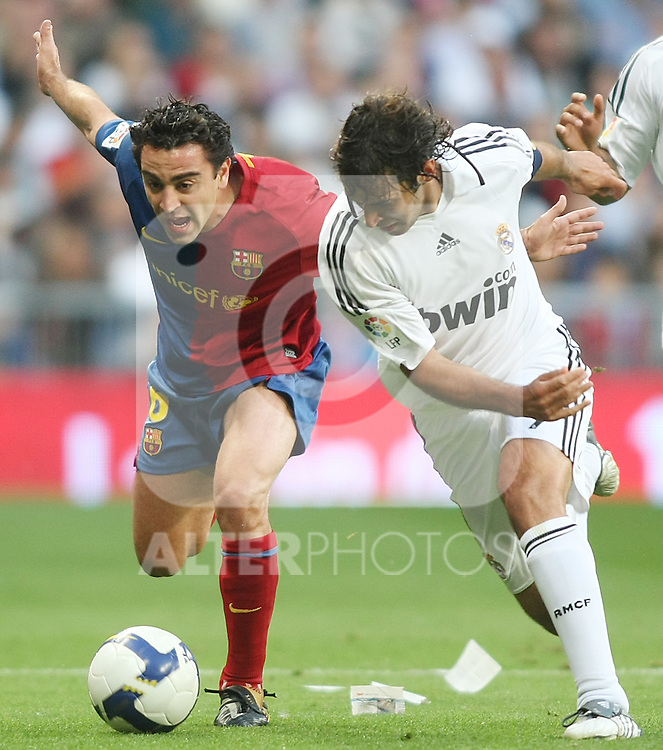 FC Barcelona's Xavi Hernandez (l) and Real Madrid's Raul Gonzalez during La Liga match.May 2 2009. (ALTERPHOTOS/Acero).