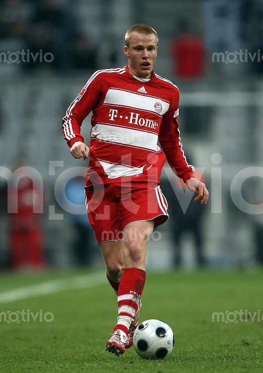 FUSSBALL     1. BUNDESLIGA     2. BUNDESLIGA       LOKALDREBY FC Bayern Muenchen - TSV 1860 Muenchen          26.01.2008 Christian LELL (Bayern Muenchen), Einzelaktion am Ball.