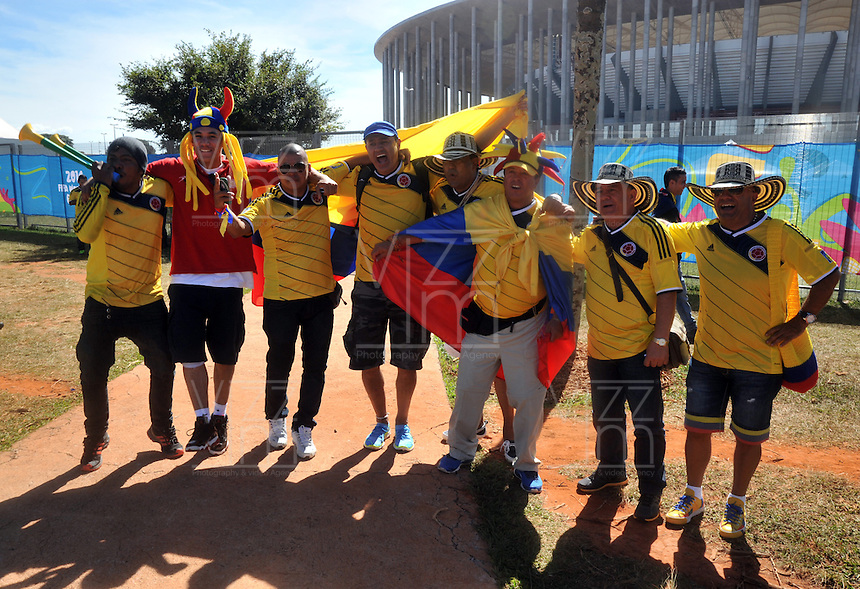 BRASILIA - BRASIL -19-06-2014. Hinchas colombianos viven una fiesta en las afueras del estadio Mane Garricha de Brasilia previo al partido del Grupo C entre Colombia (COL) y Costa de Marfil (CIV) hoy 19 de junio de 2014 en la Copa Mundial de la FIFA Brasil 2014./ Fans of Colombia live a party outside of the Mane Garricha stadium in Brasilia prior of the Group C match between Colombia (COL) and Ivory Coast (CIV) today June 19 2014 in the 2014 FIFA World Cup Brazil. Photo: VizzorImage / Alfredo Gutiérrez / Contribuidor