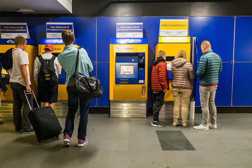 Nederland, Amsterdam, 30 mei 2015<br /> Kaartjesautomaten in de hal van NS-sation Amsterdam Centraal. <br />  <br /> Foto: Michiel Wijnbergh