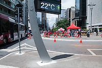 SÃO PAULO-SP-05,10,2014-CLIMA-TEMPO SÃO PAULO - O Paulistano enfrenta aumento da temperatura no começo da tarde desse Domingo,05 na avenida Paulista Região Oeste da cidade de São Paulo(Foto:Kevin David/Brazil Photo Press)