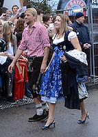 FUSSBALL   1. BUNDESLIGA   SAISON 2012/2013    Die Mannschaft des FC Bayern Muenchen besucht das Oktoberfest am 07.10.2012 Anatoliy Tymoshchuk , Anatoli Timoschtschuk mit Frau Nadezhda