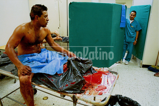 Un hombre herido se recupera despu?s de haber sido atendido mientras el personal de enfermer?a espera a que desocupe la sala de emergencias del hospital Perez Carre?o. Caracas, 22-03-2003. (Gabriel Osorio / Orinoquiaphoto)  <->  A wounded man in the emergency room waits to be attended in  the Perez Carre?o  hospital, one of the main health centers in Caracas to attend the many victims of fire arms during the weekend violence.  Caracas 03-22-2003 (Gabriel Osorio / Orinoquiaphoto)  .