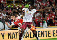 BOGOTA - COLOMBIA - 18-12-2016: Andreson Plata (L) player of Independiente Santa Fe struggles for the ball with Sergio Mosquera (R) player of Deportes Tolima, during a match for the second leg between Independiente Santa Fe and Deportes Tolima, for the final of the Liga Aguila II -2016 at the Nemesio Camacho El Campin Stadium in Bogota city, Photo: VizzorImage / Luis Ramirez / Staff.