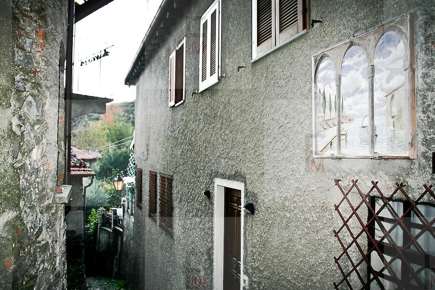 """Arcumeggia il paese dipinto in provincia di Varese. """"L'enigma del lago"""" di Carmelo Nino Trovato 1991"""