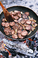 """Europe/France/Languedoc-Roussillon/66/Pyrénées-Orientales/Banyuls-sur-Mer: recettes de Sanch - préparation l'omelette Pasquale lors d'une """"Cargolade"""""""