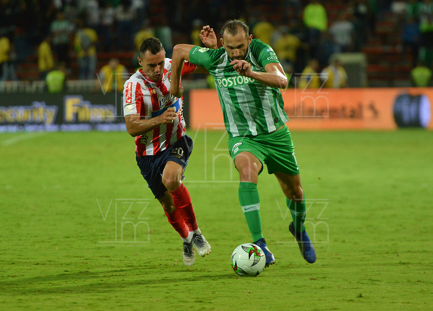 MEDELLÍN-COLOMBIA, 05–06-2019: Hernán Barcos de Atlético Nacional y Marlon Piedrahita de Atlético Junior disputan el balón, durante partido de la fecha 6 de los cuadrangulares semifinales entre Atlético Nacional y Atlético Junior, por la Liga Águila I 2019, jugado en el estadio Atanasio Girardot de la ciudad de Medellín. / Hernan Barcos of Atletico Nacional and Marlon Piedrahita of Atletico Junior figth for the ball, during a match of the 6th date of the semifinals quarters between Atletico Nacional and Atletico Junior, for the Aguila Leguaje I 2019 played at the Atanasio Girardot Stadium in Medellin city. / Photo: VizzorImage / León Monsalve / Cont.