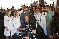 SAO PAULO, 9/07/2012 - ALTA PEDRO LEONARDO. Pedro Leonardo deixou na tarde desta segunda-feira 9 o Hospital Sirio libanês região central da capital, após ter ficado dois meses internado.<br /> na foto MULHER  entra na area de imprensa e da um bjo no pedro e logo em seguida retirada pelos segurancas <br /> FOTO VAGNER CAMPOS BRAZIL PHOTO PRESS
