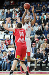 2015-10-31 / Basketbal / seizoen 2015-2016 / Antwerp Giants - Limburg United / Glen Camps komt te laat om Melsahn Basabe (Giants) af te stoppen.<br />