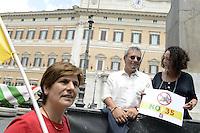 """Roma 12 Luglio 2012.Piazza Montecitorio.Presidio di associazioni e gruppi della campagna contro i caccia bombardieri F-35..La campagna contro le spese militari si chiama""""taglia le ali alle armi"""" ed è promossa da Rete italiana per il disarmo, Tavola della Pace e Sbilanciamoci."""