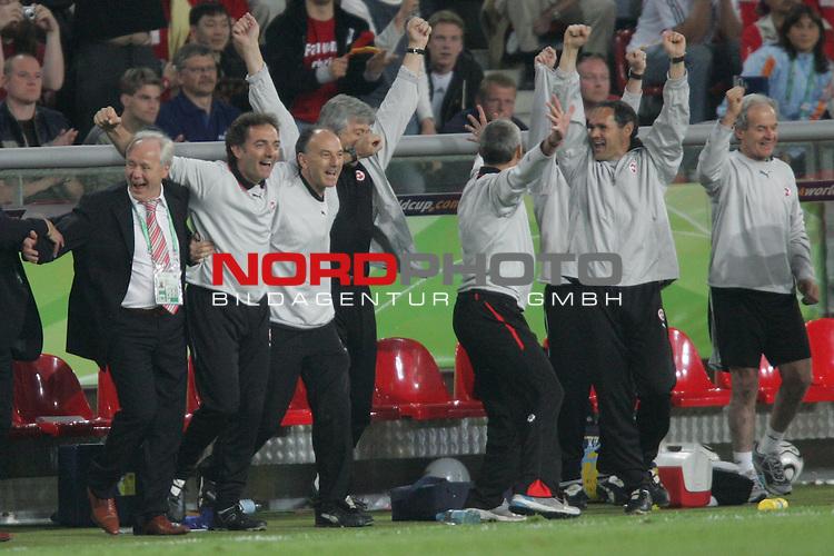 FIFA WM 2006 -  Gruppe G  Vorrunde ( Group G )<br /> Play    #46 (23-Jun) - Schweiz - S&uuml;dkorea<br /> <br /> Riesenjubel bei Trainer Koebi Kuhn (links) und den anderen Verantwortlichen von der Schweiz nach dem Sieg &uuml;ber Korea und dem Erreichen vom Achtelfinale.<br /> <br /> Foto &copy; nordphoto