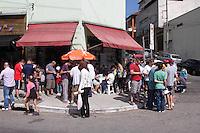 SAO PAULO, SP, 10.05.2014 - TROCA DE FIGURINHAS DA COPA DO MUNDO - Colecionadores das figurinhas da Copa do Mundo em um encontro realizado todos os fins de semana,  na manha deste sábado, 10,  no bairro do Tremembé,  regiao norte da  cidade de São Paulo. (Foto: Andre Hanni /Brazil Photo Press).