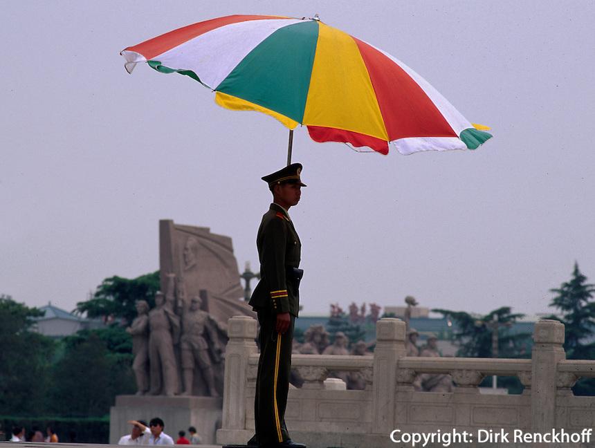 China, Peking, Wachposten am Tian An Men-Platz