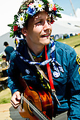A swedish scout is singing and playing at the culture festival day. Photo: Fredrik Sahlström/Scouterna