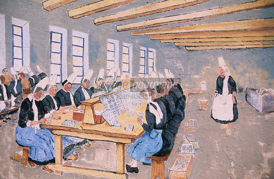Europe/France/Bretagne/29/Finistère/Saint-Pierre-Penmarc'h: Mur peint représentant des scènes de la vie bigoudenne - femme à la conserverie de sardines