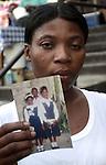 Terremoto en Haiti.  Familias de las victimas del terremoto en la escuela de San Gerardo, donde murieron mas de 300 niños..After quake in Haiti, the population affected suffer the consecuences of the disaster