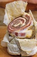 """Europe/Italie/Ombrie/Foligno : Pancetta au restaurant-bar à vins """"Il Bacco Felice""""- Morceau  étroit de poitrine de porc poudré de poivre et séché à l'air"""