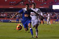 SÃO PAULO, SP, 20 DE JULHO DE 2013 - CAMPEONATO BRASILEIRO - SÃO PAULO x CRUZEIRO: Egídio (e) e Aloísio (d) durante partida São Paulo x Cruzeiro, válida pela 8ª rodada do Campeonato Brasileiro de 2013, disputada no estádio do Morumbi em São Paulo. FOTO: LEVI BIANCO - BRAZIL PHOTO PRESS.