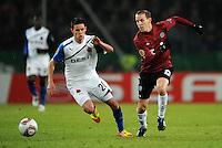 FUSSBALL   EUROPA LEAGUE   SAISON 2011/2012  SECHZEHNTELFINALE Hannover 96 - FC Bruegge                                    16.02.2012 Thibaut Van Acker (li, Bruegge) gegen Jan Schlaudraff (re, Hannover 96)