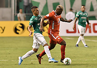 PALMIRA - COLOMBIA, 08-02-2020: Andres Arroyo del Cali disputa el balón con Marlon Torres de America durante partido entre Deportivo Cali y América de Cali por la fecha 4 de la Liga BetPlay DIMAYOR I 2020 jugado en el estadio Deportivo Cali de la ciudad de Palmira. / Andres Arroyo of Cali vies for the ball with Marlon Torres of America during match between Deportivo Cali and America de Cali for the date 4 as part of BetPlay DIMAYOR League I 2020 played at Deportivo Cali stadium in Palmira city. Photo: VizzorImage / Gabriel Aponte / Staff