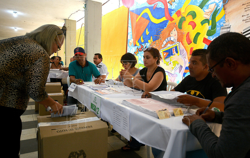 BARRANQUILLA - COLOMBIA, 11-03-2017: Baranquilleros acuden a las urnas para participar en las elecciones legislativas de Colombia de 2018 que se realizan hoy, domingo 11 de marzo de 2018m en todo el territorio colombiano. En ellas se eligen los miembros de ambas Cámaras del Congreso en Colombia. En el Senado de la República se elegirán 108 senadores y en la Cámara de Representantes se elegirán 172 parlamentarios. / Barranquilla's people go to the polls to participate in the legislative elections of Colombia in 2018 that take place today, Sunday, March 11, 2018m throughout the Colombian territory. In them, the members of both Houses of Congress in Colombia are elected. In the Senate of the Republic 108 senators will be elected and in the House of Representatives 172 parliamentarians will be elected. Photo: VizzorImage / Alfonso Cervantes / Cont