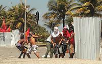 RIO DE JANEIRO, RJ, 21.10.2013 - CONFRONTO FORÇA NACIONAL MANIFESTANTES - Força Nacional entra confronto com os manifestantes que protestavam contra o leilão do Pre-Sal na Barra nessa Segunda 21. (Foto: Levy Ribeiro / Brazil Photo Press)