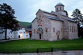Das Kloster Visoki De?ani (kurz De?ani) ist ein mittelalterliches serbisch-orthodoxes Kloster im Kosovo, das von Serbien als Teil seines Staatsgebietes betrachtet wird. 2004 wurde das Kloster von der UNESCO zum Weltkulturerbe erklärt. Wegen der rechtlich unklaren Situation des Kosovo und der schwierigen Sicherheitslage wurde es gleichzeitig auf der Roten Liste des gefährdeten Welterbes eingetragen. / The monastery Visoki De?ani (short: De?ani) is a medieval Serbian Orthodox monastery in Kosovo. Serbia considers it as a part of its territory. In 2004 the monastery was appointed as a UNESCO World Heritage Site. Because of the unsolved legal situation in Kosovo and the difficult security situation it was at the same time put down on the Red List of World Heritage in Danger.