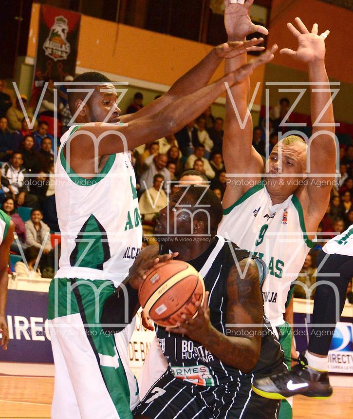 TUNJA - COLOMBIA: 03-05-2013: Dario Cuero (Izq.) y Yader Fernandez (Der.)  jugadore de Las Aguilas de Tunja, disputan el balón con Jeff Fahnbulleh (Cent.) de Piratas de de Bogota, durante partido en el coliseo Alvaro Sanchez Diaz en la ciudad de Tunja, mayo 03  de 2013. Aguilas de Tunja y Piratas de Bogota en partido de la novena fecha de la fase II de  la Liga Directv Profesional de baloncesto (Foto: VizzorImage / Jose Palencia / Str). Dario Cuero (L) and Yader Fernandez (R) players de Las Aguilas de Tunja fight for the ball with Jeff Fahnbulleh (C) of Piratas from Bogota, during a match in the Alvaro Sanchez Diaz Coliseum in Tunja city, May 03, 2013. Aguilas from Tunja y Piratas from Bogota in the match for the 9 date of the fase II in the Directv Professional League basketball. (Photo: VizzorImage / Jose Palencia/ Str). .