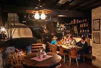 Oesterreich, Salzburger Land, Pongau, bei Filzmoos: Unterhof Alm (innen) | Austria, Salzburger Land, Pongau, near Filzmoos: 'Unterhof Alm' mountain restaurant (interior)