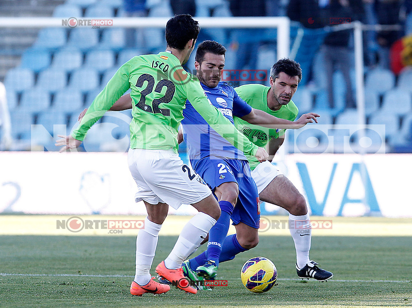 Getafe's Xavi Torres (c) and Malaga's Isco (l) and Jeremy Toulalan during La Liga match.December 01,2012. (ALTERPHOTOS/Acero) ©/NortePhoto
