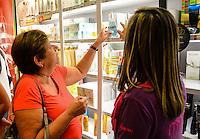 RIO DE JANEIRO, RJ, 10 DE MAIO DE 2013 - COMÉRCIO DIA DAS MÃES- Movimentação de comércio de dia das mães em um shopping na tijuca, zona norte do rio de janeiro.FOTO:MARCELO FONSECA/BRAZIL PHOTO PRESS