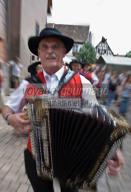 Europe/France/Alsace/67/Bas-Rhin/ Marlenheim: Défilé des musiciens de la fanfare lors  de la Fête du Mariage de l'Ami Fritz