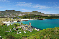 Ireland, County Kerry, Iveragh Peninsula, Ring of Kerry, Derrynane Bay with ruins of Derrynane Abbey | Irland, County Kerry, Iveragh Halbinsel, Ring of Kerry, Strand an der Derrynane Bay, im Vordergrund die Ruinen der Derrynane Abbey
