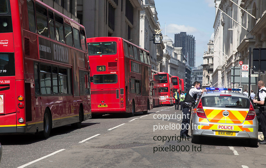 Bank of England abandoned car causes chaos at lunchtime today<br /> <br /> <br /> <br /> <br /> <br /> <br /> Pic by Gavin Rodgers/Pixel 8000 Ltd