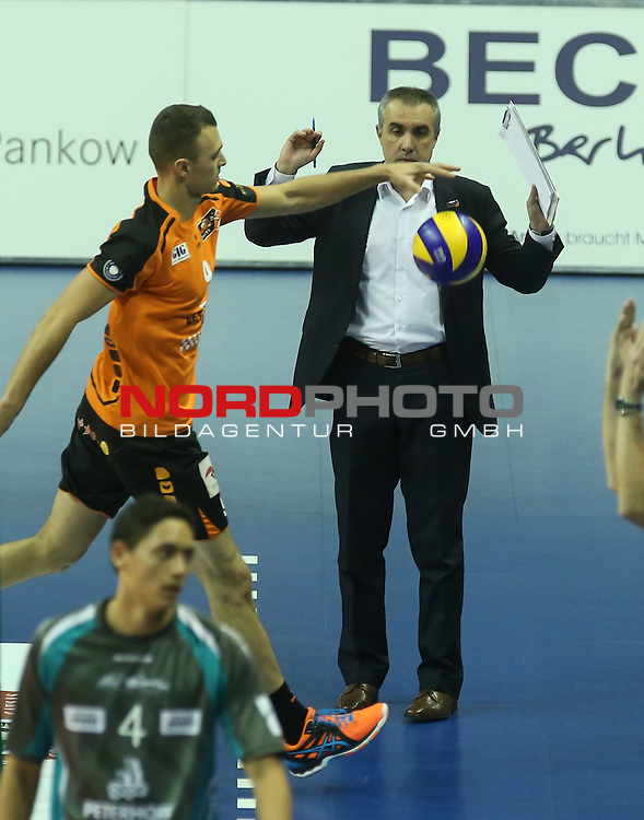 14.11.2015, Max Schmeling Halle, Berlin, GER, 1.VBL, BR VOLLEYS VS. SWD DUEREN, im Bild <br /> Trainer Roberto Serniotti (BR Volleys), Paul Lotman (BR Volleys)<br /> <br />      <br /> Foto &copy; nordphoto /  Engler