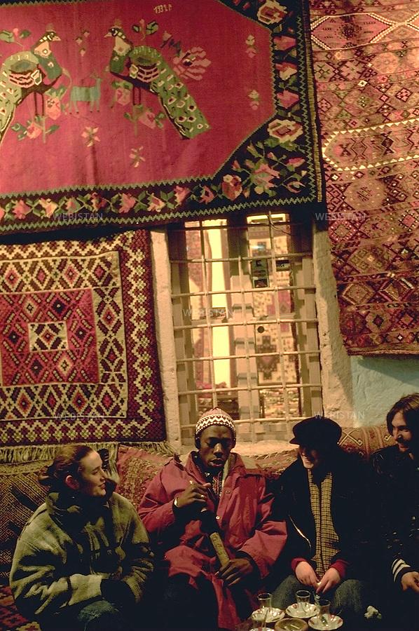 1993. Tourists have tea in a carpet bazaar in Istanbul. Des touristes prennent le thé dans un bazar de tapis à Istanbul.