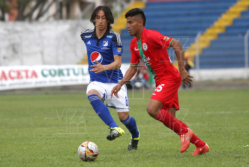 TULUA - COLOMBIA - 9-08-2015: Rafael Robayo (Izq) jugador de Millonarios disputa el balon con Juan Roa de Cortulua  durante partido  por la fecha 5 de la Liga Aguila II 2015 jugado en el estadio Doce de Octubre. /Rafael Robayo player of  Millonarios  fights the ball against Juan Roa of Cortulua during a match for the fifth date of the Liga Aguila II 2015 played at Doce de Octubre stadium in Tulua city. Photo: VizzorImage / Andrew Indell / Staff.