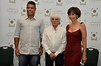"""ATENÇÃO EDITOR FOTO EMBARGADA PARA VEÍCULOS INTERNACIONAIS - SAO PAULO, SP, 22 DE NOVEMBRO DE 2012 – LANÇAMENTO DO LIVRO OFICIAL DA F1:  Ronaldo (e) e Bernie Ecclestone (c) e Viviane Senna (d)durante lançamento do livro """"Formula 1™ Opus"""" no Brasil, livro oficial da Fórmula 1™, e anúncio da joint venture firmada entre as editoras Toriba Editora e a Opus (UK) na noite desta quinta feira (22) no Hotel Transamerica em São Paulo . FOTO: LEVI BIANCO - BRAZIL PHOTO PRESS"""