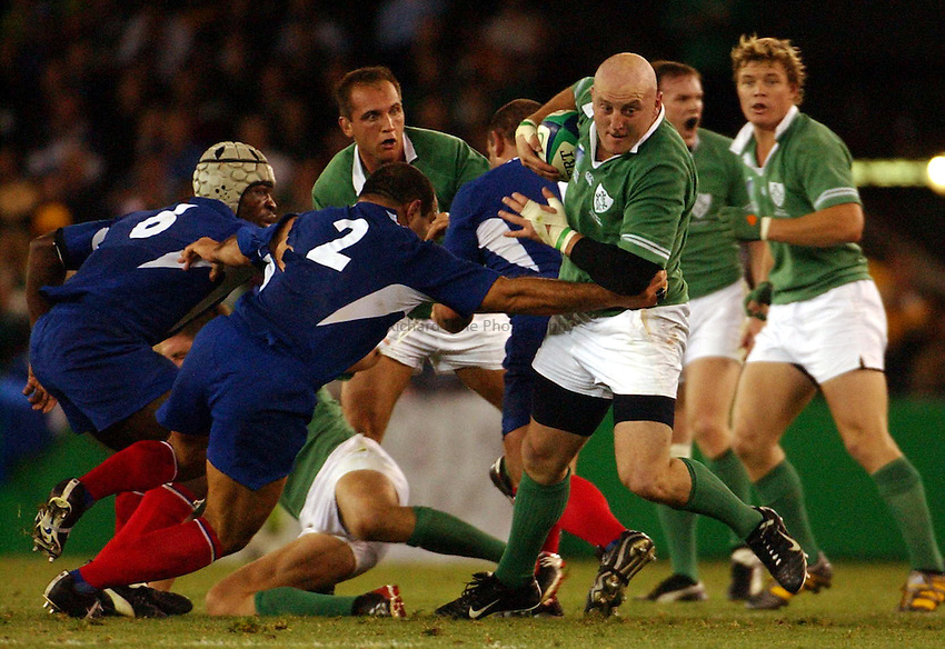 Photo: Jack Atley..Ireland v France, Quarter Final at the Telstra Dome, Melbourne. RWC 2003. 09/11/2003..Keith Wood attacks.