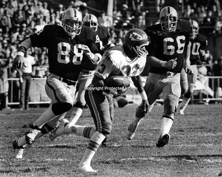 Oakland Raiders Ted Kwalick and Steve Sylvester chase down Kansas City #83, (1977 photo by Ron Riesterer)