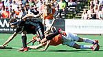 BLOEMENDAAL   - Hockey -  2e wedstrijd halve finale Play Offs heren. Bloemendaal-Amsterdam (2-2) . A'dam wint shoot outs. Roel Bovendeert (Bldaal) met Johannes Mooij (A'dam).   COPYRIGHT KOEN SUYK