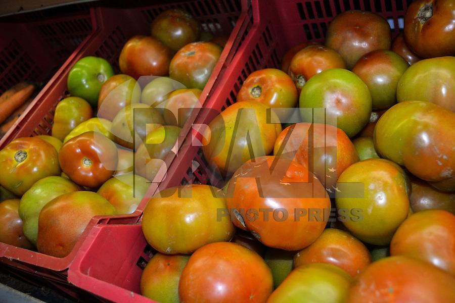 RIO DE JANEIRO-01 DE AGOSTO DE 2012-Gondola de tomates em supermercado na regiao sul do Rio de Janeiro. De acordo com a Fundacao Getulio Vargas (FGV), o preco do tomate saltou de R$ 1,50 para cerca de R$ 5 o quilo, neste inverno, um aumento de cerca de 220%.(FOTO:MARCELO FONSECA/BRAZILPHOTOPRESS