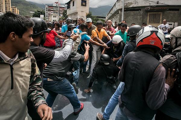 -FOTODELDIA- CAR105. CARACAS (VENEZUELA), 12/06/2017.- Opositores venezolanos y chavistas se enfrentan hoy, lunes 12 de junio de 2017, frente al Tribunal Supremo de Justicia (TSJ) en Caracas (Venezuela). El Tribunal Supremo de Justicia (TSJ) de Venezuela rechazó hoy un recurso interpuesto el jueves por la fiscal general, Luisa Ortega Díaz, con el que solicitó anular el proceso constituyente que promueve el jefe de Estado, Nicolás Maduro, para un eventual cambio de Constitución. EFE/Miguel Gutiérrez