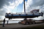 IJSSELSTEIN  - In IJsselstein is bij recreatieplas de Nedereindse Plas een ploegboot van Ballast Nedam het water in getakeld voor een nieuwe fase van het grootschalige saneren van de recreatieplas, het op zijn plaats drukken en gladstrijken van gestorte schone grond onderwater. De zwaar verontreinigde voormalige Put van Weber wordt de komende jarein in opdracht van de gemeente Utrecht, die de plas voor 1 euro kocht, schoongemaakt door het vuil af te dekken met schone grond. Omdat de plas onbereikbaar is over water, moest het duwschip per vrachtwagen worden aangevoerd. COPYRIGHT TON BORSBOOM